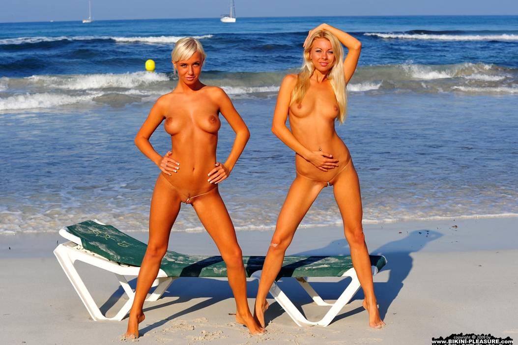 Девки снимают бикини на острове фото